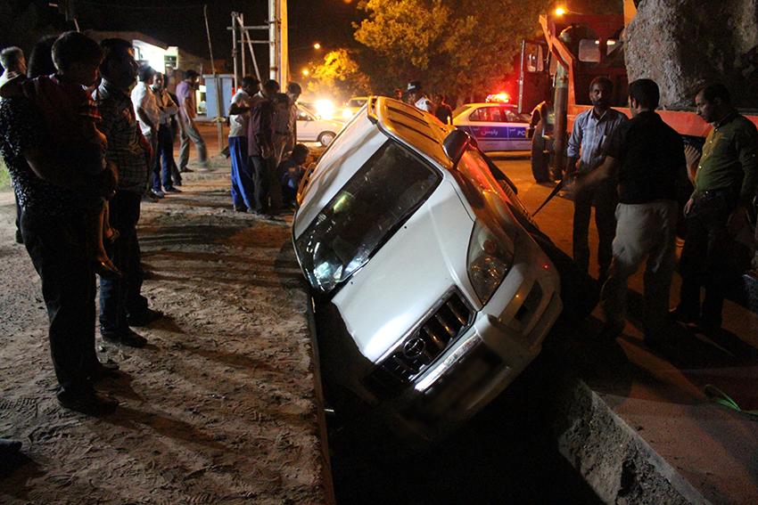 تصاویر/ عملیات نجات خودروی پرادو از کانال بتنی شهرداری سرخس