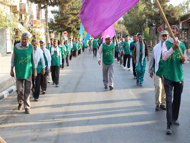 زائران پیاده سرخس بر بال فرشتگان طی طریق الی الله میکنند