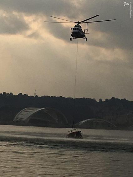 عکس/ لاشه بالگرد سقوط کرده در دریاچه چیتگر