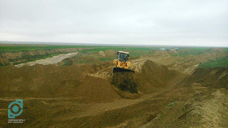 تخریب بندهای غیرمجاز و رفع تصرف «مسیل» روستای گنبدلی سرخس